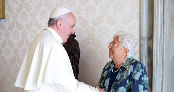 """Jan Paweł II zapraszał zawsze gości na poranne msze, które odprawiał w swej prywatnej kaplicy. Treść wygłaszanych wówczas kazań przepadła jednak bezpowrotnie. Franciszek jest pierwszym papieżem w historii, który pozwolił na nagrywanie i upublicznianie porannych rozważań. Jego improwizowane homilie biją rekordy popularności - pisze w portalu """"Stacja7"""" Beata Zajączkowska."""