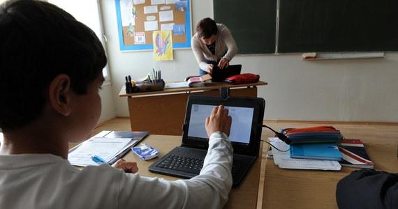 """Zanim elektroniczne książki trafią do polskich szkół, potrzebne są rzetelne badania na temat ich wpływu na zdrowie uczniów – ostrzegają eksperci. Do e-podręczników powinna być dołączana ulotka na wzór tej, jaką producenci lekarstw dołączają do farmaceutyków. Powinny się na niej znaleźć informacje dotyczące ryzyka utraty zdrowia przez uczniów, korzystających z e-podręcznika - alarmuje """"Rzeczpospolita""""."""