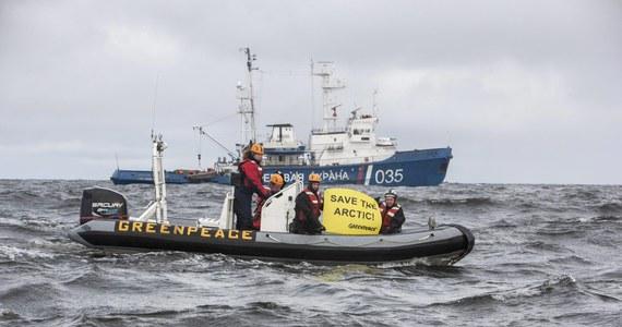 Dwoje działaczy Greenpeace zostało zatrzymanych przez straż graniczną Rosji po tym, gdy wspięli się na należącą do koncernu Gazprom platformę wiertniczą Prirazłomnaja na Morzu Peczorskim i przywiązali się do niej linami. Rzecznik prasowy polskiego oddziału organizacji Jacek Winiarski poinformował, że wśród załogi statku Greenpeace jest Polak - aktywista z Gdańska.