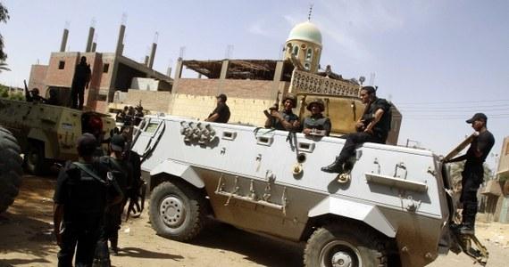 Egipskie siły bezpieczeństwa starły się ze zbrojnymi grupami w Kerdasah na przedmieściach Kairu - poinformowała egipska telewizja państwowa. Doszło do wymiany ognia, wojsko użyło gazu łzawiącego. Zginął policjant.