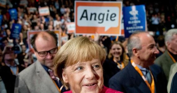 Na błędach trzeba się uczyć, z wpadek wyciągać wnioski, porażki obracać w sukces… Angela Merkel nie powtarza sobie tych reguł, ale po prostu praktycznie je stosuje. Przez ostatnie cztery lata jej rząd miał więcej, niż wcześniej błędów i potknięć, nawet ze strony najważniejszych członków jej rządu, a mimo to dziś prognozy przedwyborcze zapowiadają chadekom kolejny sukces. Co więcej - w tym samym czasie Merkel udało się umocnić swoją pozycję w Europie, a także na świecie. Choć, przede wszystkim we własnym kraju, działała jakby wbrew faktom w otaczającej ją rzeczywistości.