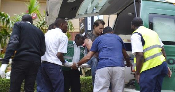 Większość zakładników przetrzymywanych przez terrorystów, którzy napadli w sobotę na centrum handlowe Westgate w Nairobi, jest już na wolności. Wojsko kontroluje znaczną część budynku. Bilans ofiar pozostaje bez zmian; napastnicy zabili 68 osób, 175 zostało rannych. 49 ludzi uważa się za zaginionych.