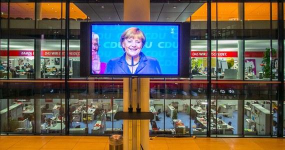 Wyłoniony w wyniku niedzielnych wyborów w Niemczech nowy Bundestag składa się z 630 posłów. Zwycięskie partie CDU/CSU zdobyły 311 miejsc; do absolutnej większości zabrakło im pięciu mandatów.