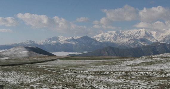 Polski alpinista utknął na czterech tysiącach metrów na górze Kazbek. Mieszkaniec Warszawy wspinał się od strony Gruzji, jednak przeszedł na rosyjską stronę granicy. W tej chwili znajduje się w rejonie Osetii Północnej.