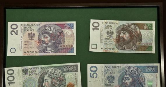 14 milionów złotych będzie nas kosztowało wprowadzenie nowych banknotów. Na tyle właśnie Narodowy Bank Polski wyliczył wprowadzenie do obiegu w kwietniu przyszłego roku nowych dziesięcio-, dwudziesto-, pięćdziesięcio- i stuzłotówek.