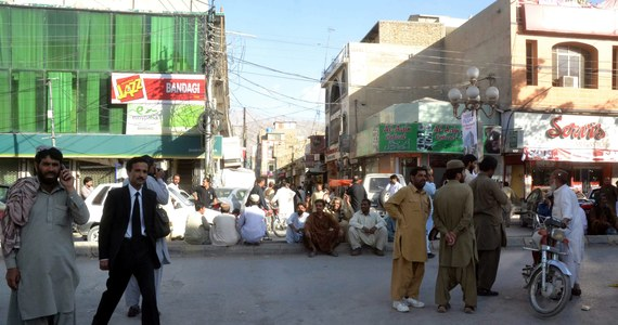 Co najmniej 200 osób zginęło w Pakistanie we wtorkowym trzęsieniu ziemi - poinformował przedstawiciel władz, cytowany przez agencję AFP. W odludnym regionie w pobliżu granicy z Iranem zawaliły się setki domów z palonej gliny, grzebiąc pod gruzami wielu ludzi.
