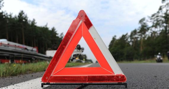 Jedna osoba nie żyje, a druga została ciężko ranna w wypadku na autostradzie A4, do którego doszło przed bramkami w podkrakowskich Balicach. Droga była zablokowana przez kilka godzin.