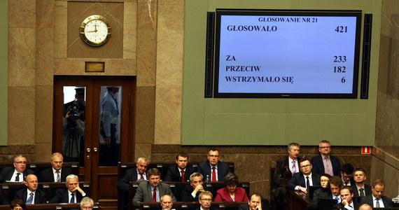Sejm odrzucił obywatelski projekt zaostrzający prawo aborcyjne w Polsce. Autorzy projektu chcieli wprowadzenia zakazu tzw. aborcji eugenicznej - w przypadkach, gdy występuje duże prawdopodobieństwo upośledzenia płodu albo nieuleczalnej choroby. Projekt powstał z inicjatywy Fundacji Pro - prawo do życia. Zebrano pod nim ponad 400 tys. podpisów.