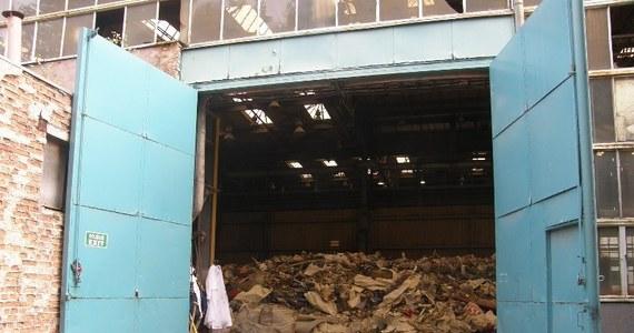 """""""Hałdy śmieci znikną z terenu dawnej fabryki w Szczecinie-Płoni"""" - deklaruje w rozmowie z naszą reporterką Anetą Łuczkowską Wojciech Krawętkowski - przedstawiciel firmy, na której działalność skarżą się okoliczni mieszkańcy. Spółka Ecowings ma pozwolenie na gromadzenie odpadów budowlanych, jednak na hałdę trafiają też zwykłe śmieci, które gniją i śmierdzą."""