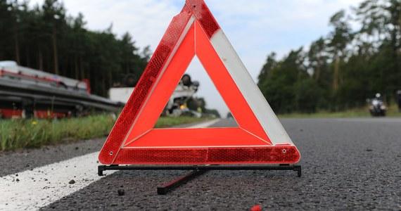 Tragiczny początek weekendu - do śmiertelnego wypadku doszło na drodze krajowej numer 46 w Starej Schodni między Opolem a Ozimkiem. Pięć aut zderzyło się również na ul. Strykowskiej w Łodzi. Informację o obu wypadkach otrzymaliśmy na Gorącą Linię RMF FM. Z kolei reporterka RMF FM donosi, że w Wiszni Małej na Dolnym Śląsku, autobus z pasażerami wjechał do rowu.