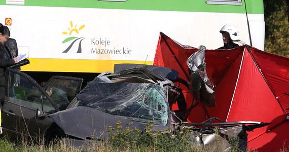 Dziewczynki, które były w samochodzie zmiażdżonym przez pociągi na przejeździe kolejowym w Kozerkach koło Grodziska Mazowieckiego, walczą o życie w dwóch warszawskich szpitalach. Bardzo ciężki jest stan 9-latki, a jej dwuletniej siostry - stabilny.