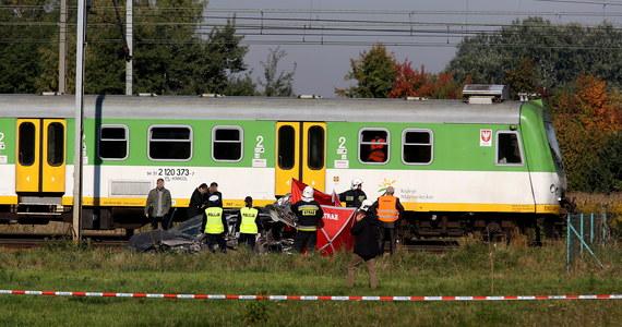 Policja szuka świadków tragicznego wypadku na strzeżonym przejeździe kolejowym w Kozerkach koło Grodziska Mazowieckiego. W poniedziałek w zmiażdżonym samochodzie zginęła 36-letnia kobieta. Jej dwie córki walczą o życie w warszawskich szpitalach. Samochód wjechał na tory przy otwartych zaporach. Na razie nie wiadomo dlaczego.