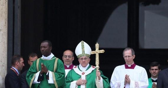 """W wywiadzie dla włoskiego dziennika """"La Repubblica"""" papież Franciszek powiedział, że przywódcy Kościoła byli często """"narcyzami"""", głodnymi pochlebstw, i byli """"niezdrowo prowokowani przez swych dworzan"""". """"Dwór to trąd papiestwa"""" - dodał papież. Franciszek mówiąc o Kurii Rzymskiej, którą zamierza zreformować, ocenił, że i tam niekiedy są """"dworzanie"""". Wyznał, że bywa """"antyklerykałem""""."""