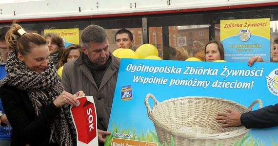 """W najbliższy weekend w całej Polsce organizowana jest kolejna zbiórka żywności w ramach akcji """"Podziel się posiłkiem"""". Na ulice wyjdzie 35 tysięcy wolontariuszy."""