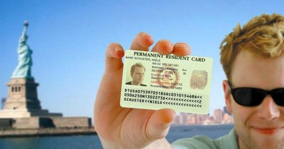 """Marzy ci się """"amerykański sen""""? Uważaj na oszustów! Amerykański Departament Stanu ostrzega przed pośrednikami, którzy w rozpoczętej we wtorek loterii wizowej zapewniają sukces w zdobyciu zielonej karty."""
