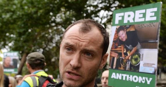 Aktor Jude Law i muzyk Damon Albarn wzięli udział w demonstracji, zorganizowanej w Londynie przeciwko aresztowaniu w Rosji 30 aktywistów z Greenpeace. Wśród oskarżonych o piractwo ekologów jest sześciu Brytyjczyk oraz Polak Tomasz Dziemiańczuk.