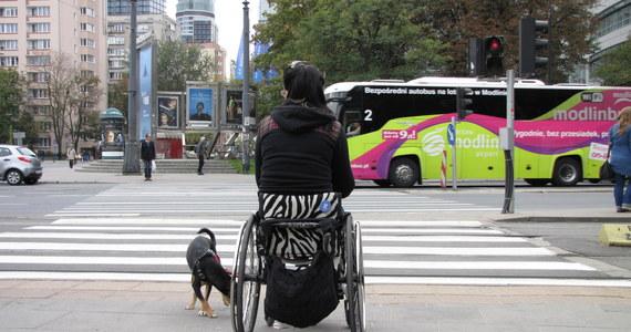 """Kulawość Warszawy najbardziej widać z perspektywy wózka inwalidzkiego, ale """"dopada"""" również rodziców prowadzących wózki z dziećmi, turystów ciągnących walizki na maleńkich kółeczkach i chyba nas wszystkich w naszej codzienności. Z tą """"kulawością"""" postanowiła pokłócić się Iza Sopalska – młodziutka kobieta na wózku inwalidzkim."""