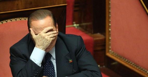 """Silvio Berlusconi, skazany prawomocnie za oszustwa podatkowe, woli odbywać karę pozbawienia wolności przechodząc resocjalizację niż w areszcie domowym. Gdyby magnat medialny musiał wykonywać pracę społeczną, to już ma zaproszenia od różnych instytucji. Chęć """"ugoszczenia"""" polityka wyraziło między innymi stowarzyszenie obrońców zwierząt, które umożliwiłoby mu opiekę nad szczeniakami."""