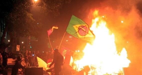Ponad 10 tysięcy osób manifestowało w Rio de Janeiro w geście solidarności ze strajkującymi od prawie dwóch miesięcy nauczycielami. Pedagodzy domagają się podwyżek.