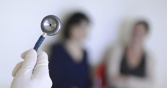 Brakuje pieniędzy dla komisji orzekających o błędach lekarskich. W styczniu zeszłego roku takie zespoły powołano przy wojewodach. Jak ustalił reporter RMF FM, resort finansów zwleka z przekazywaniem wynagrodzeń dla lekarzy. W kilku województwach zaległości sięgają trzech miesięcy.