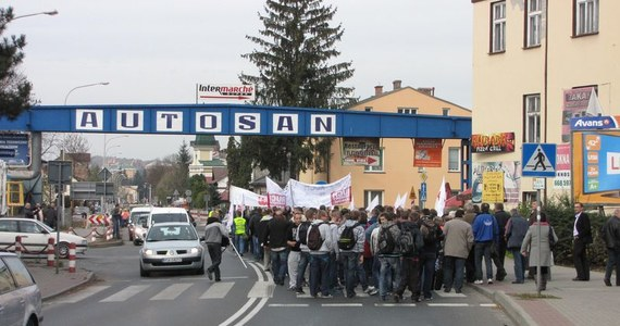 Pół tysiąca osób protestuje w Sanoku w obronie Autosanu. O upadłości zakładu zdecydował sąd. Losy pracowników i firmy są teraz w rękach syndyka. W proteście uczestniczą nie tylko pracownicy, ale też mieszkańcy miasta oraz piłkarze i kibice Stali Sanok.