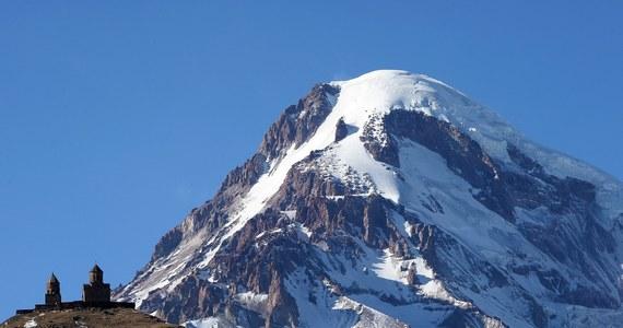 Ratownicy wyruszyli w góry w poszukiwaniu trzeciego z Polaków, zaginionych w drodze powrotnej ze szczytu Kazbek. Zwłoki drugiego alpinisty, znalezionego po rosyjskiej stronie szczytu, jeszcze dziś mają być przewiezione do Gruzji.