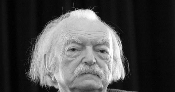 """Edmund Niziurski - pisarz, twórca klasyki literatury młodzieżowej, autor """"Księgi urwisów"""", """"Sposobu na Alcybiadesa"""" i """"Niewiarygodnych przygód Marka Piegusa"""" - nie żyje. Pisarz zmarł w Warszawie. Miał 88 lat."""