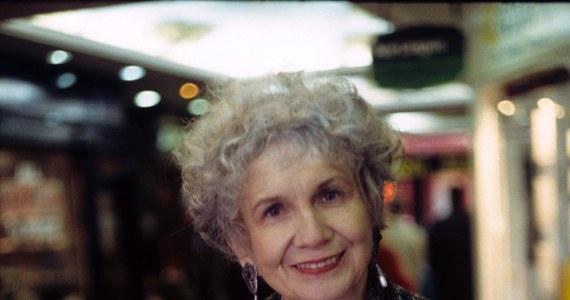 """Nagrodzona literackim Noblem Alice Munro nazywana jest przez krytyków """"kanadyjskim Czechowem"""". Większość życia spędziła na kanadyjskiej prowincji, w małym miasteczku, gdzie rozgrywa się akcja większości jej opowiadań."""