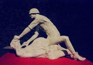 Gwałt na ciężarnej. Zobacz rzeźbę