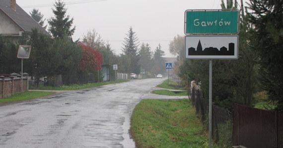 Mieszkańcy małopolskiego Gawłowa domagają się budowy bezpiecznych poboczy dla pieszych. Przez niewielką miejscowość prowadzi droga powiatowa. Teraz bardzo ruchliwa, gdyż jest północnym łącznikiem ze zjazdem z nowego odcinka autostrady A4 w okolicach Bochni. Oznacza to, że wszystkie samochody jadące w stronę Nowego Brzeska muszą przejechać przez Gawłów. Wąską drogą jeżdżą także ciężarówki, chociaż ustawione zostały zakazy jazdy samochodów o ciężarze ponad 10 ton.