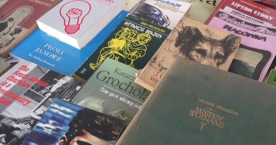 Wymienialnia Książek ruszy w sobotę w warszawskiej Kordegardzie. Warunkiem uczestnictwa jest przyniesienie książki i zrobienie specjalnej dedykacji dla jej następnego czytelnika. W zamian można zabrać inną książkę do domu. Akcja odbędzie się w godzinach 16.00-18.00.