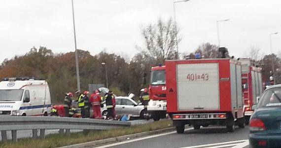 Do tragicznego w skutkach zderzenia ciężarówki z autem osobowym doszło na trasie numer 78 w Siewierzu w województwie śląskim. W wypadku zginęły trzy osoby, dwie są w stanie ciężkim.