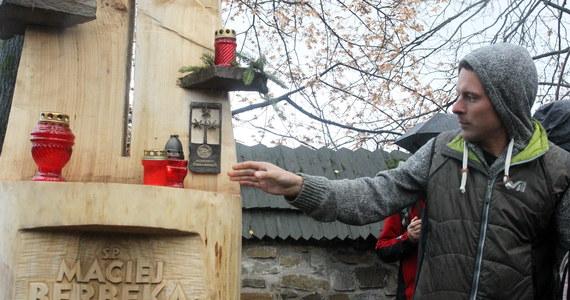 Na zakopiańskim Cmentarzu Zasłużonych na Pęksowym Brzyzku  został poświęcony symboliczny grób himalaisty, artysty, ratownika i przewodnika górskiego Macieja Berbeki. W marcu zaginął on na stokach Broad Peak (8047 m n.p.m), po pierwszym zimowym zdobyciu tego szczytu.