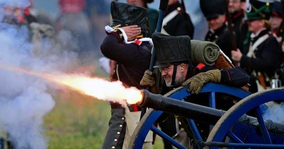 Około 6 tys. osób z 26 krajów, w tym z Polski, wzięło udział w inscenizacji bitwy narodów pod Lipskiem zorganizowanej w niedzielę z okazji 200. rocznicy wydarzenia, które przesądziło o ostatecznym upadku Napoleona. W starciu w 1813 roku zginęło blisko 100 tys. żołnierzy.