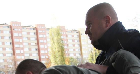 Na trzy miesiące trafi na razie za kraty nożownik, który w sobotę wieczorem zaatakował w Krakowie emerytowanego policjanta. Decyzję o tymczasowym areszcie podjął w poniedziałek sąd. Wcześniej 31-latek usłyszał siedem zarzutów, w tym usiłowania zabójstwa.