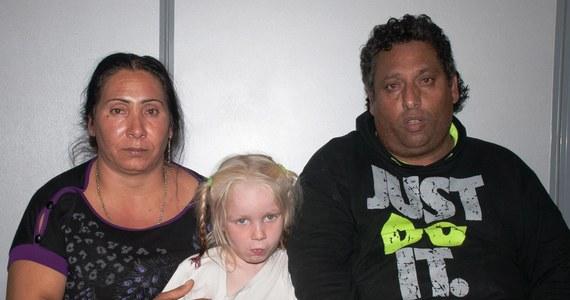 Para Romów z Grecji została oficjalnie oskarżona o uprowadzenie kilkuletniej Marii. Małżeństwo jest już w areszcie, gdzie będzie czekać na rozpoczęcie procesu. Dziewczynka została znaleziona przez policję w ich domu w zeszłym tygodniu. Zwróciła uwagę funkcjonariuszy swoją jasną cerą, blond włosami i niebieskimi oczami. Badanie DNA wykazało, że nie jest spokrewniona z parą, która podawała się za jej rodziców.