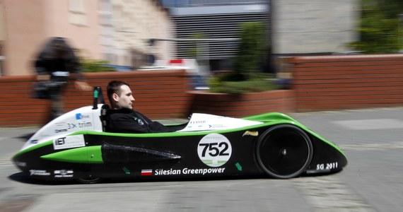 """Studenci Politechniki Śląskiej skonstruowali bolid elektryczny i wystartowali nim w wyścigu Greenpower Corporate Challenge, który odbył się na legendarnym Goodwood Motor Circuit  w Wielkiej Brytanii. Pokonali nawet jaguara - donosi """"Dziennik Zachodni""""."""