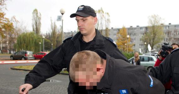"""Sąd aresztował na trzy miesiące 32-letniego Roberta G. oraz 29-letniego Marcina B. Obaj podejrzani są o zniszczenie grobów na łódzkim cmentarzu """"Na Mani"""". Wcześniej pod opiekę rodziców został przekazany 16-letni chłopak, trzeci uczestnik wandalizmu na łódzkiej nekropolii."""
