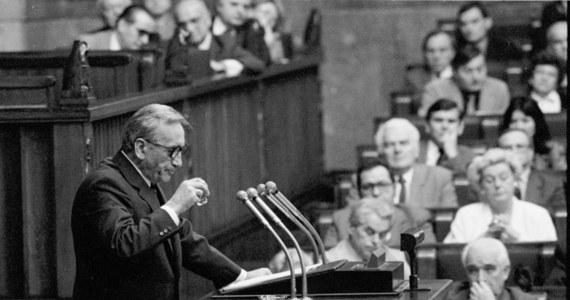Tadeusz Mazowiecki, powołany 24 sierpnia 1989 r. przez Sejm na urząd premiera, był pierwszym niekomunistycznym szefem rządu w Polsce po II wojnie światowej. Do listopada 1990 r. przeprowadził on reformy gospodarcze i dekomunizację państwa, stając się symbolem przemian ustrojowych w Polsce. Tadeusz Mazowiecki zmarł dziś nad ranem. Miał 86 lat.