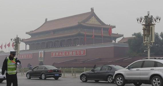 Co najmniej pięć osób zginęło, a 38 zostało rannych, gdy na wypełniony ludźmi plac Tiananmen w Pekinie wjechał samochód - poinformowały lokalne media. Na zdjęciach zamieszczonych w internecie widać było płonący samochód przed bramą prowadzącą do Zakazanego Miasta.