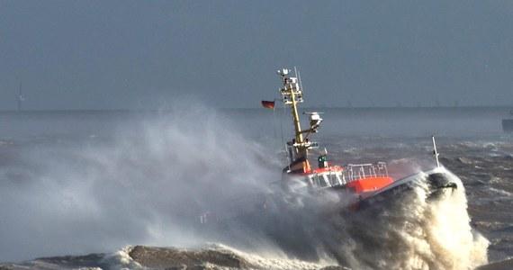 """Słabnie huragan """"Simone"""", który jeszcze wieczorem szalał na Bałtyku. W tej chwili siła wiatru ma tam 4 stopnie w skali Beauforta. """"Uspokoiło się, promy pływają"""" - usłyszeliśmy w kapitanacie w Świnoujściu. W Europie Zachodniej wichura zostawiła po sobie śmiertelne żniwo. Nie żyje co najmniej 13 osób. Wiatr dał się we znaki nad Anglią, Belgią, Francją, Niemcami i Holandią."""