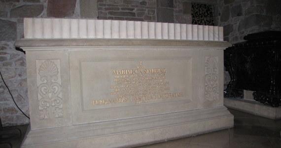 Królowa Polski, żona Jana III Sobieskiego zmarła w styczniu 1716 roku na zamku w Blois. Trumnę z ciałem przeniesiono do kaplicy św. Eustachego w kościele św. Zbawiciela, a serce królowej złożono w urnie w miejscowym kościele jezuitów. Urna zaginęła w czasie rewolucji francuskiej, a trumna w nieznanych okolicznościach została przewieziona do Polski w 1717 roku.