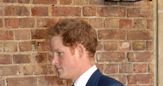 """Podana przez tabloid """"News of the World"""" wiadomość o tym, że brytyjski książę Harry zabiegał o pomoc w pisemnym egzaminie, studiując w akademii wojskowej Sandhurst, pochodziła z podsłuchu. Takie informacje ujawniono na procesie byłych redaktorów gazety."""