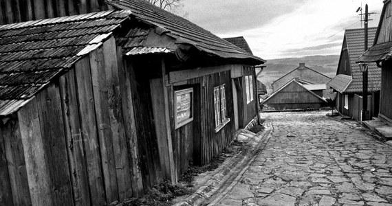 Jest taka wioska w Polsce gdzie czas, jak uparty osioł, stanął w miejscu. Choć ukryta na szczycie góry nie wywyższa się nikomu, nie zazdrości. Czasami tylko w weekendy zgrzyta zębami, gdy na jej bruku hałasują miastowi. Z Krakowa to zaledwie 30 min jazdy samochodem. Najpierw nudną Zakopianką, potem kierunek Izdebnik. Tuż za starą pocztą skręcamy w lewo i dalej już serpentynami w górę, do samej Lanckorony. Zawsze gdy zbliżam się do Rynku, odczuwam jak wysoko jestem nad poziomem morza. Przytkane uszy nie słyszą zgiełku królewskiego miasta. Mgła tłumi problemy. Nawet wawelski smog zostaje w dole.