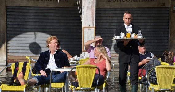Za ważną decyzję dla przyszłości Wenecji uznano rozporządzenie włoskiego rządu, który po wielu protestach mieszkańców i władz miasta postanowił stopniowo ograniczyć ruch statków i promów w rejonie laguny. Są opinie, że można było zrobić więcej.