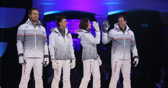 Biel, czerwień i szarość to dominujące kolory strojów, które nosić będą polscy sportowcy podczas zimowych igrzysk olimpijskich w Soczi. W skład kolekcji wchodzą trzy linie; jedną z nich podczas pokazu w Warszawie zaprezentowali znani zawodnicy.