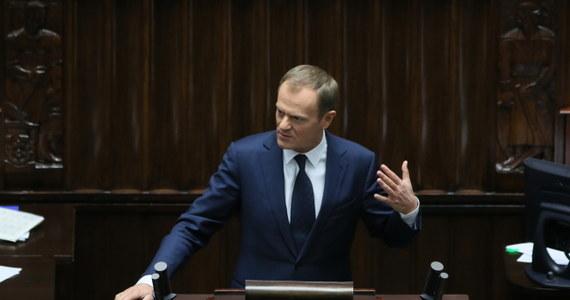 """Mam nadzieję, że gdy emocje opadną, uda się porozmawiać o polskich szkołach i przedszkolach – stwierdził premier Donald Tusk po odrzuceniu przez Sejm obywatelskiego wniosku o przeprowadzenie referendum ws. obowiązku szkolnego sześciolatków. Pytany o emocje na sali sejmowej towarzyszące głosowaniu, m.in. okrzyki """"hańba, hańba"""", """"wstydźcie się"""" z ław opozycji, Tusk powiedział: """"Nie lubię jak ktoś krzyczy, niezależnie w jakiej sprawie""""."""