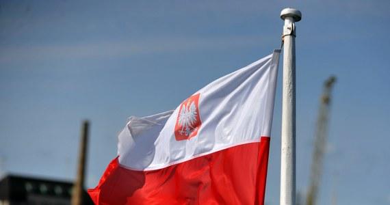 11 listopada na wielu domach zawisną biało-czerwone flagi. Niewielu jednak wie, że wieszanie tego symbolu państwa jest regulowane ścisłymi przepisami. Takich wytycznych jest kilkanaście. Wiecie, jak prawidłowo wieszać flagę?
