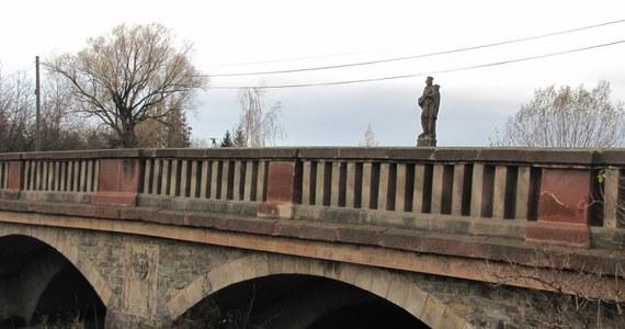 Most św. Jana nad Budzówką jest jednym z najstarszych mostów na Dolnym Śląsku. Gdyby nie ten most pewnie nie byłoby Trylogii Husyckiej Andrzeja Sapkowskiego.