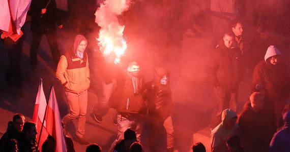Po godz. 17 stołeczny ratusz poinformował o rozwiązaniu Marszu Niepodległości w Warszawie. Wcześniej, na ulicach, dochodziło do przepychanek i bijatyk m.in. z policją. Zatrzymano kilkadziesiąt osób, rannych zostało też dwóch funkcjonariuszy - informuje policja. Organizatorem marszu są Młodzież Wszechpolska oraz Obóz Narodowo-Radykalny.